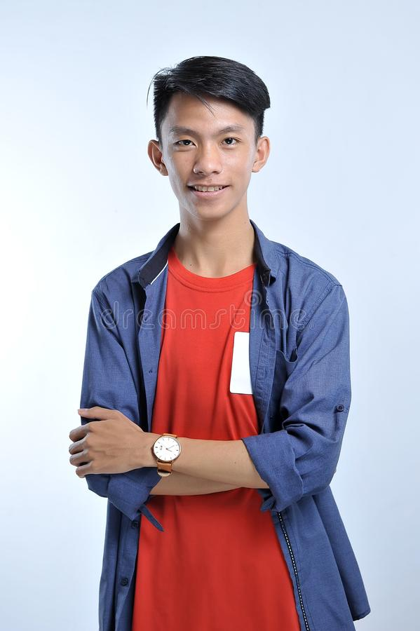 De slijtage toevallige t-shirts van de vertrouwens Aziatische jonge mens met het zekere glimlachen stock foto's