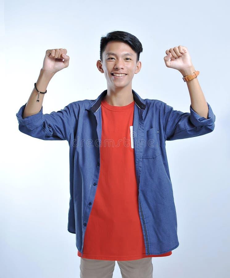 De slijtage toevallige t-shirts van de vertrouwens Aziatische jonge mens met het zekere glimlachen stock afbeelding