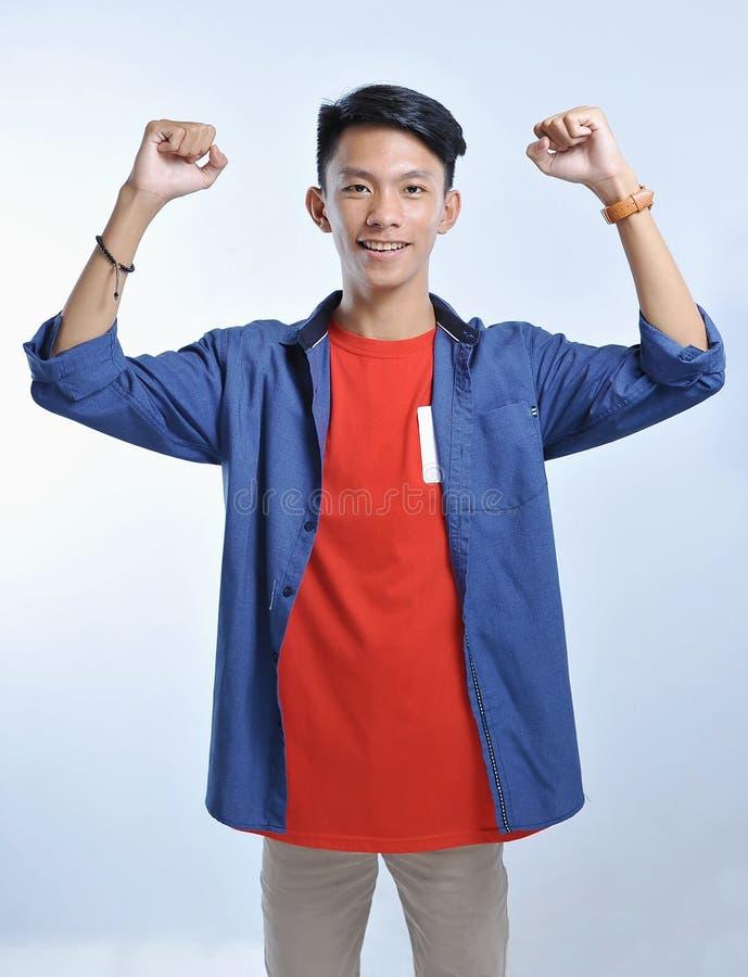 De slijtage toevallige t-shirts van de vertrouwens Aziatische jonge mens met het zekere glimlachen stock afbeeldingen