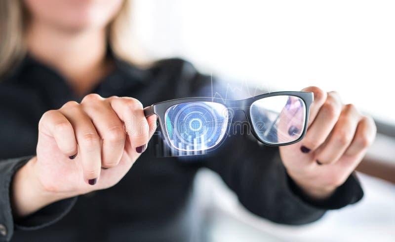 De slimme glazen van de persoonsholding nanotech Eyewear met interactieve vergrote werkelijkheid royalty-vrije stock afbeeldingen