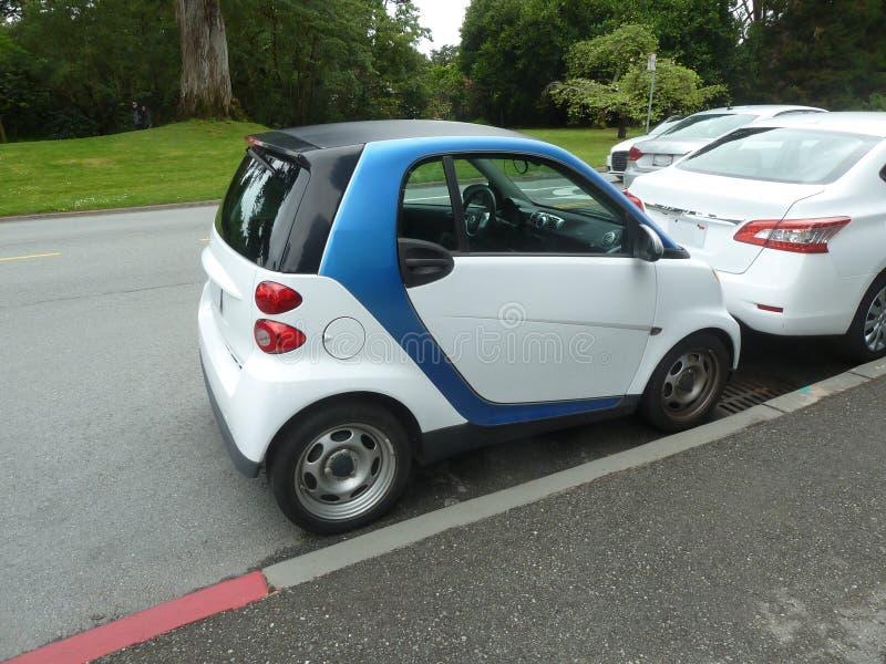 De slimme groene auto vindt parkeren royalty-vrije stock afbeelding