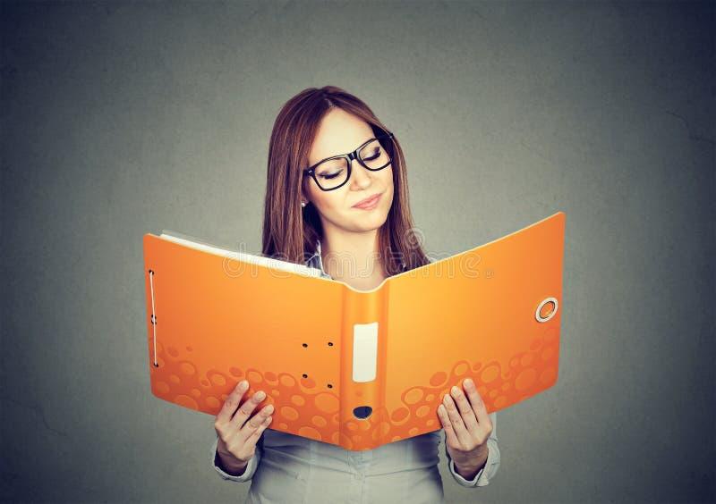 De slimme ijverige documenten van de meisjeslezing stock afbeeldingen