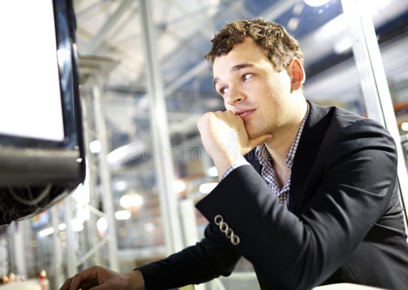 De slimme jonge mens werkt aan de computer. royalty-vrije stock fotografie