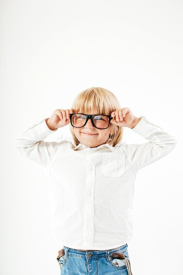 De slimme jongen is een gediplomeerde Schooljongen met glazen Geïsoleerd onderwijs, stock afbeeldingen
