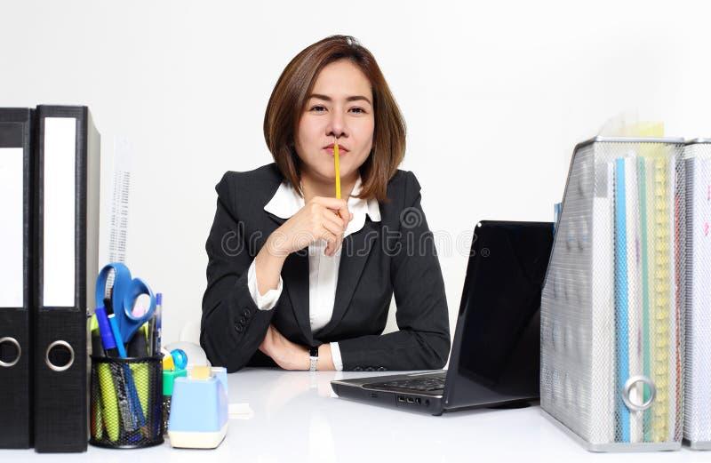 De slimme onderneemster Asian die in bureau aan de lijst werken royalty-vrije stock fotografie