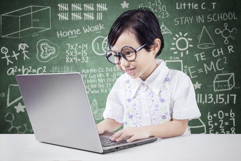 De slimme student gebruikt laptop in klaslokaal royalty-vrije stock fotografie
