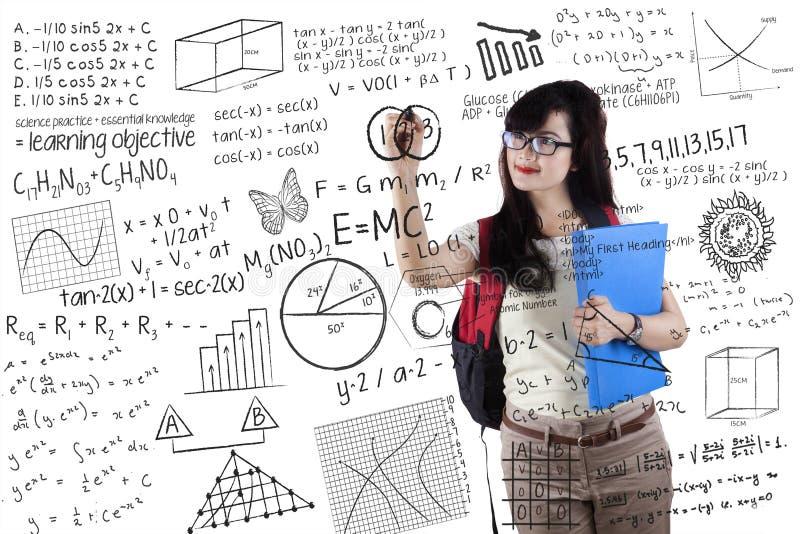 De slimme student schrijft formule stock afbeeldingen