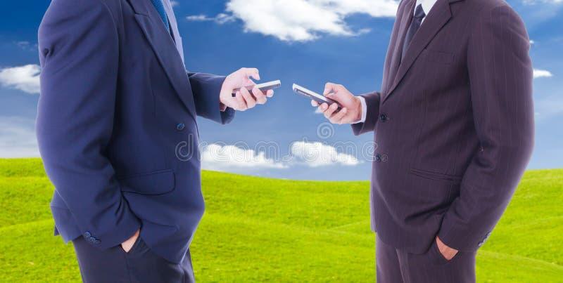 De slimme telefoon van de bedrijfsmensensynchronisatie stock foto's