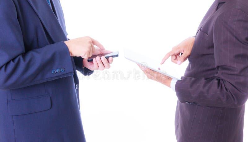 De slimme telefoon van de bedrijfsmensensynchronisatie met tabletpc royalty-vrije stock foto