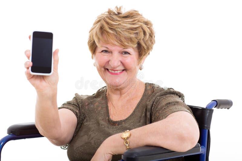 De slimme telefoon van de bejaarderolstoel royalty-vrije stock fotografie