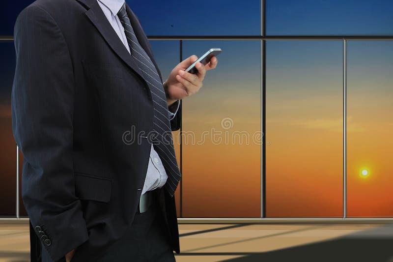 Download De Slimme Telefoon Van Het Zakenmanspel Stock Afbeelding - Afbeelding bestaande uit ontwerp, vertoning: 39117965