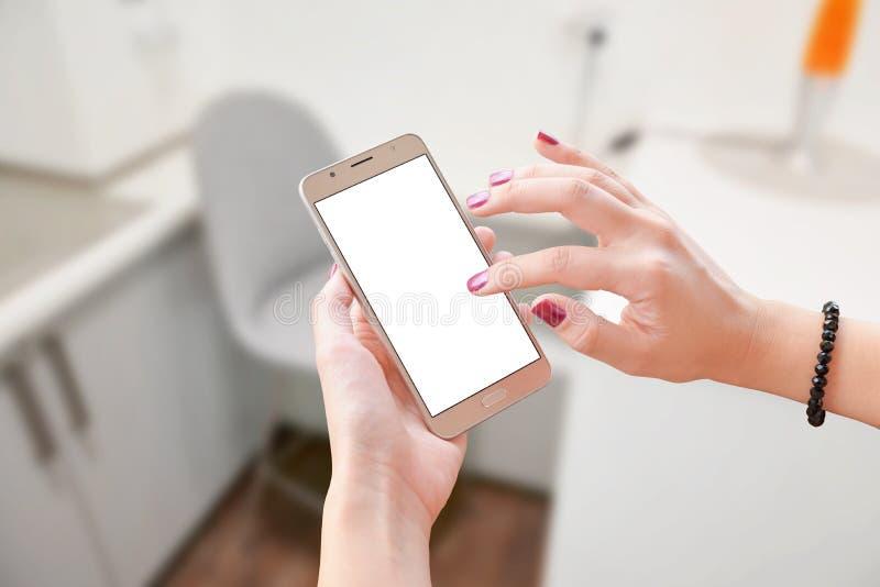 De slimme telefoon van de vrouwenaanraking met het spatie geïsoleerde scherm voor app presentatie stock afbeeldingen