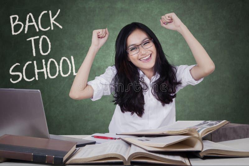 De slimme tiener viert terug naar school stock afbeeldingen
