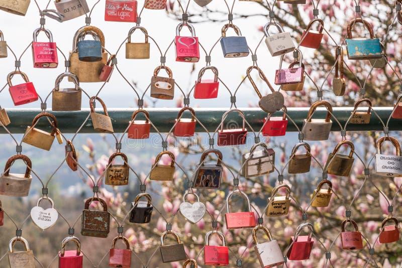 De sloten van liefde in Linz stock afbeeldingen