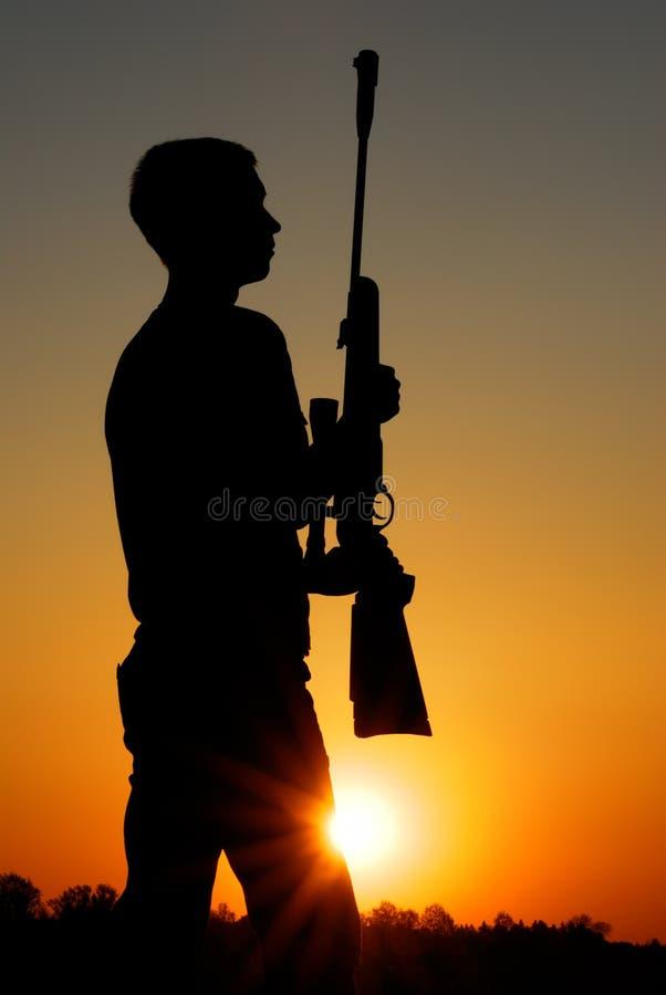 De sluipschutter met een geweer royalty-vrije stock fotografie