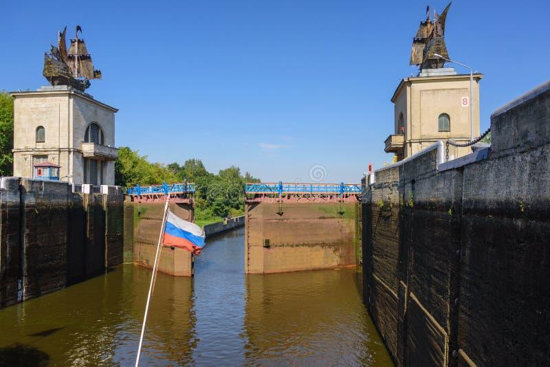 De sluis op het kanaal van Moskou Watervoorzieningen voor navigatieschepen royalty-vrije stock afbeelding