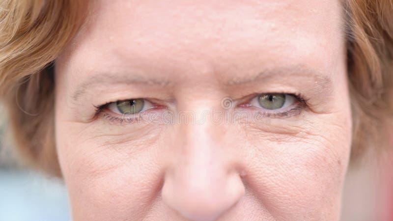De Sluiting van Blinking Eyes of Old Woman royalty-vrije stock foto