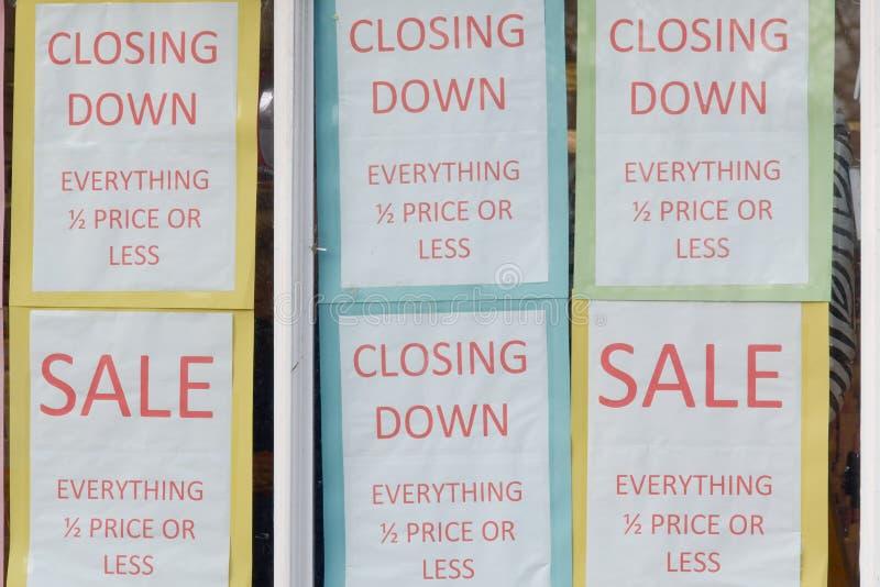 De sluiting van Verkooptekens in winkelvenster stock foto's