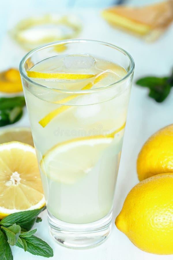 De smakelijke eigengemaakte verfrissing van de limonadezomer royalty-vrije stock afbeeldingen