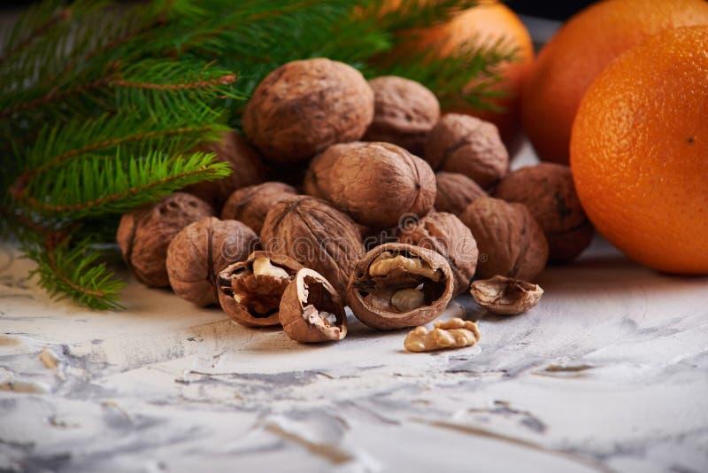 de smakelijke en gezonde nieuwe noten en de sinaasappelen van het jaars ontbijt op witte achtergrond royalty-vrije stock foto's