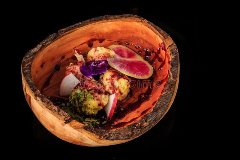 de smakelijke fijngestampte die ballen van de aardappelkaas fijn met gesneden radijs worden verfraaid royalty-vrije stock foto's