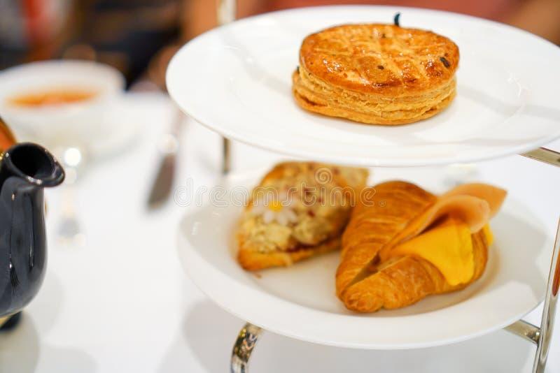 De smakelijke gebakken pastei van de kippenpot op witte plaat met Vers croissant stock foto's
