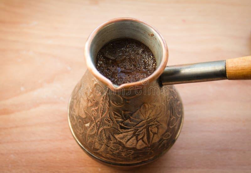 De smakelijke hete koffie in cezve stock foto's