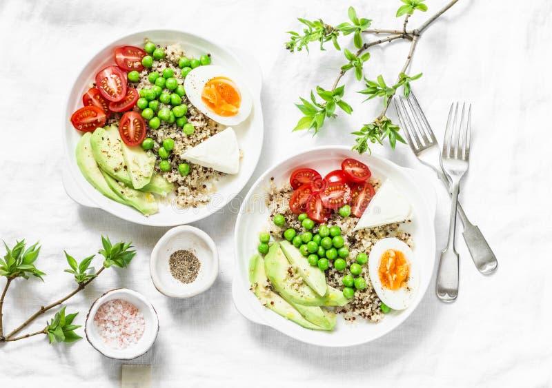 De smakelijke kom van de ontbijtkorrel De evenwichtige kom van Boedha met quinoa, ei, avocado, tomaat, groene erwt op lichte acht royalty-vrije stock foto's