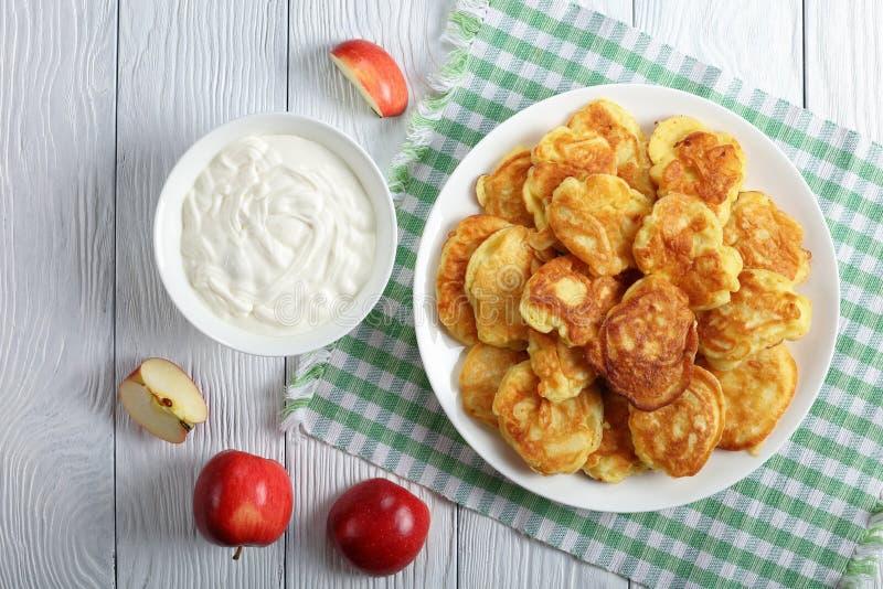 De de smakelijke Pannekoek en kom van Apple met yoghurt stock fotografie