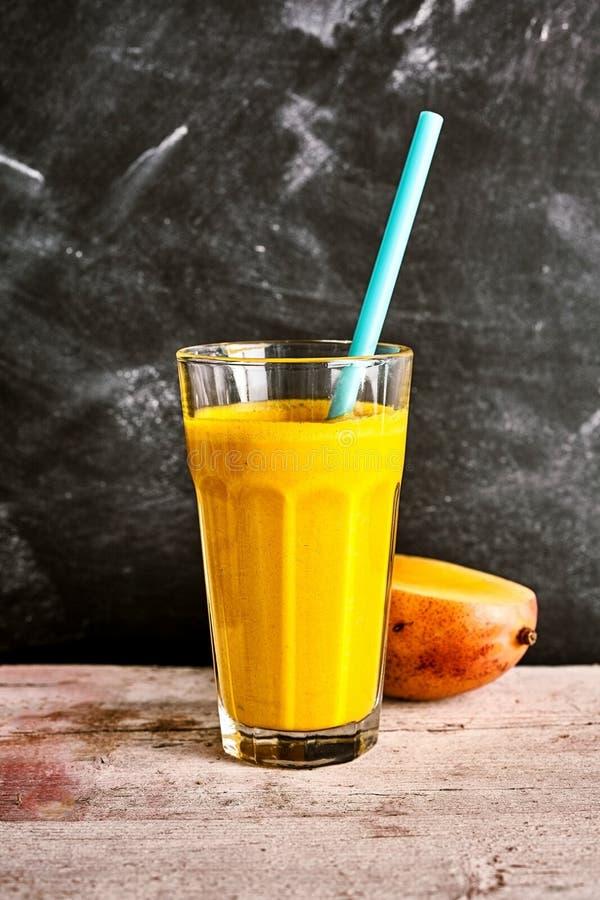 De smakelijke zomer smoothie van verse mango en yoghurt royalty-vrije stock foto's