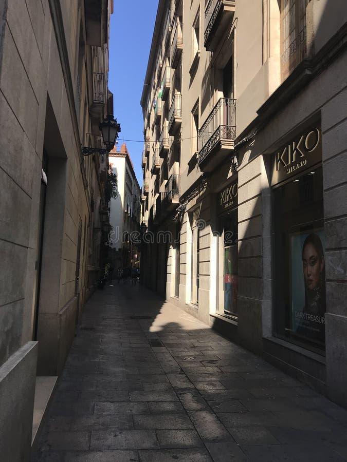 De smala gatorna av den varma sommaren av Barcelona, Spanien, Europa, arkivfoto