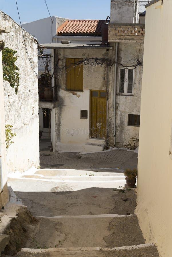 De smala gatorna av en lantlig stad på ön av Kreta fotografering för bildbyråer