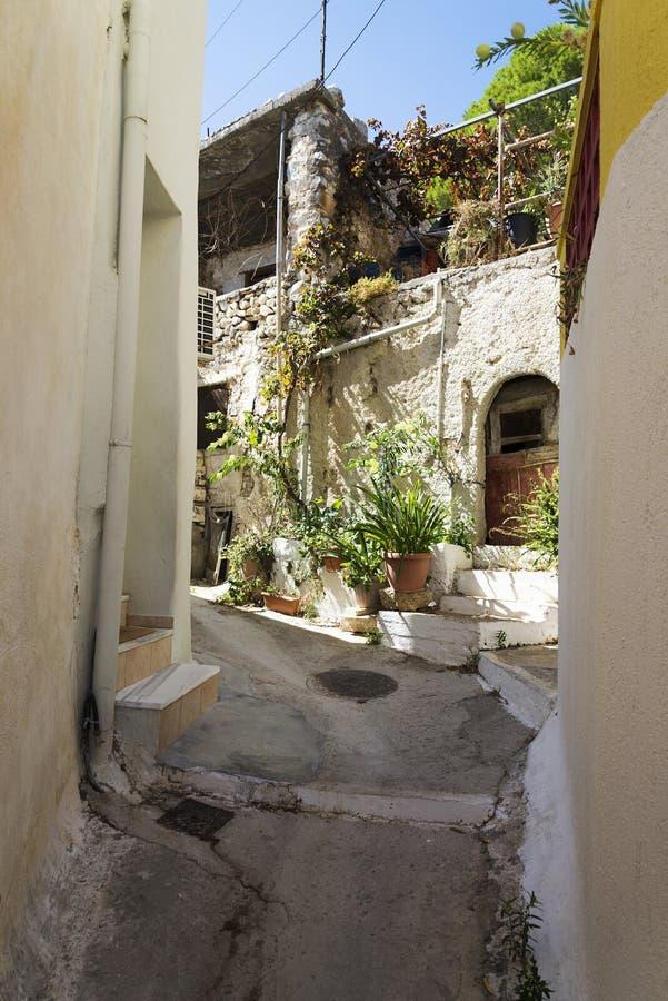 De smala gatorna av en lantlig stad på ön av Kreta royaltyfria bilder