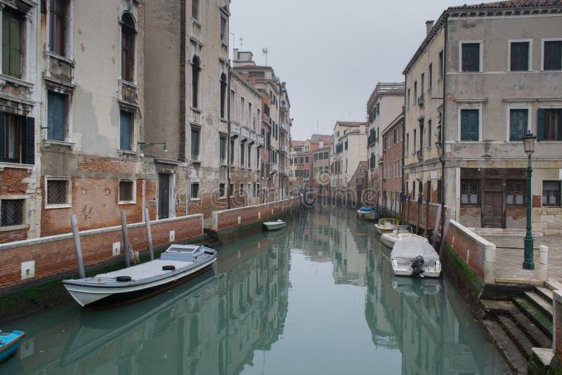 De smalle kleurrijke straat met een boot in Venetië, Italië Toneel mooie mening van het kanaal van Venetië met bezinning in het w royalty-vrije stock afbeeldingen