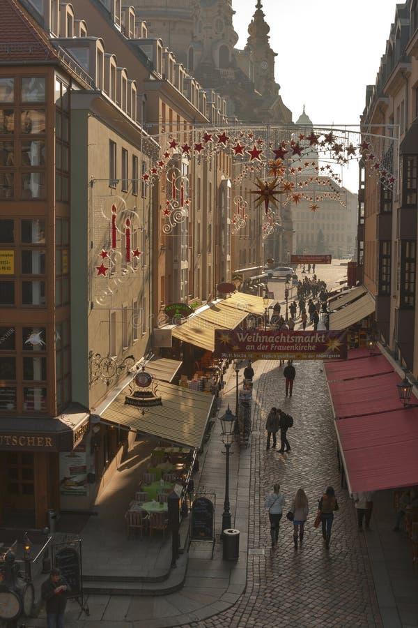 De smalle straat van Dresden met de decoratie van Kerstmis stock afbeeldingen