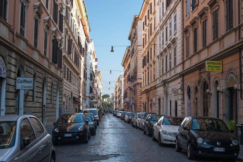 De Smalle Straat van Rome Italië met Gebouwenauto's en Elektrische Lichten op Hemel Rome Italië 2013 royalty-vrije stock afbeeldingen