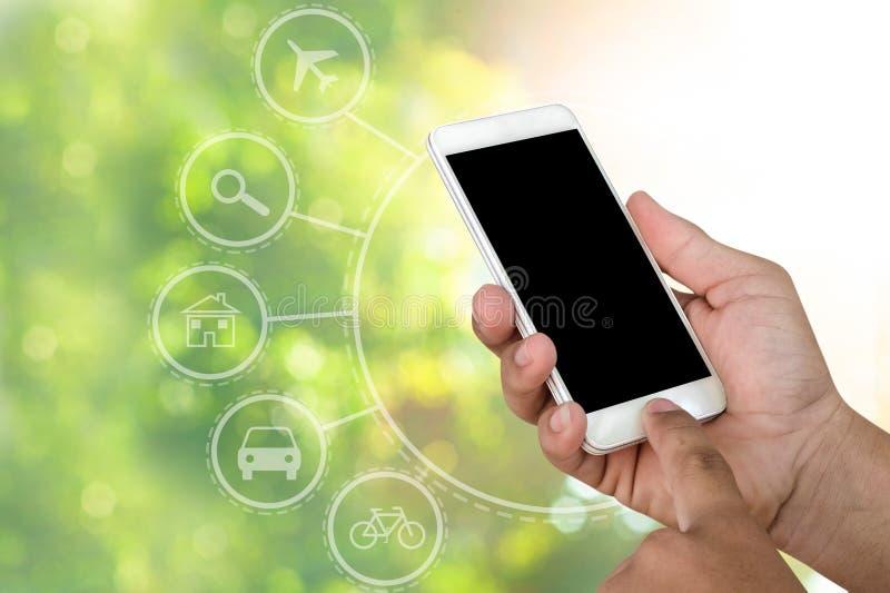 De smartphones mobiele telefoon van de handholding met abstracte natuurlijke bokehachtergrond royalty-vrije stock foto's