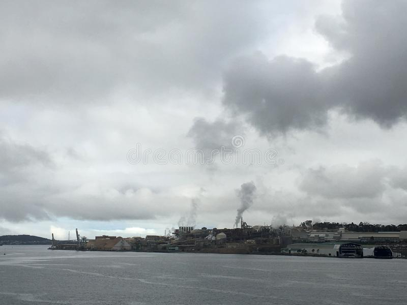 De smeltoven van het Nyrstarzink op Rivier Derwent in Hobart Tasmania Australia in werking dat wordt gesteld dat royalty-vrije stock fotografie