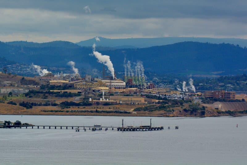 De smeltoven van het Nyrstarzink op Rivier Derwent in Hobart Tasmania Australia in werking dat wordt gesteld dat stock afbeeldingen