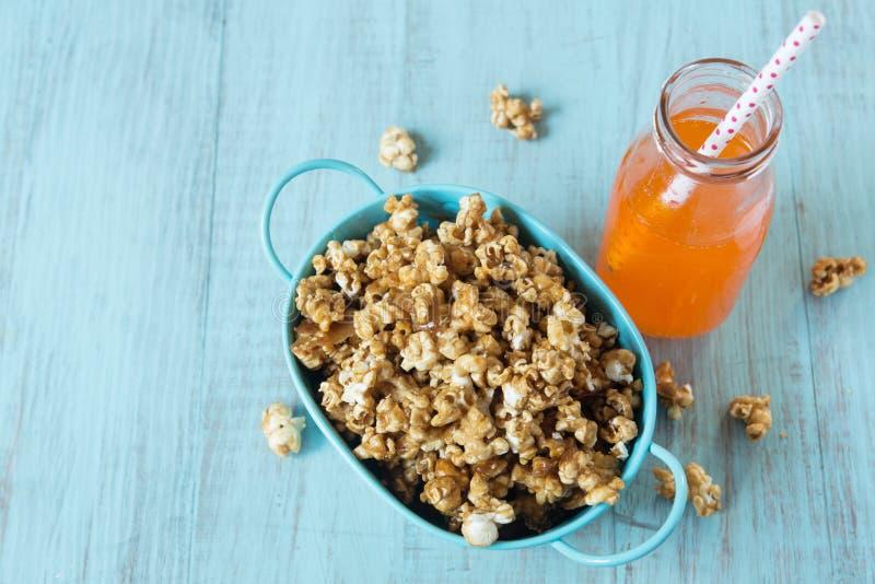 De Snack van de karamelpopcorn met Oranje Frisdrank royalty-vrije stock afbeelding