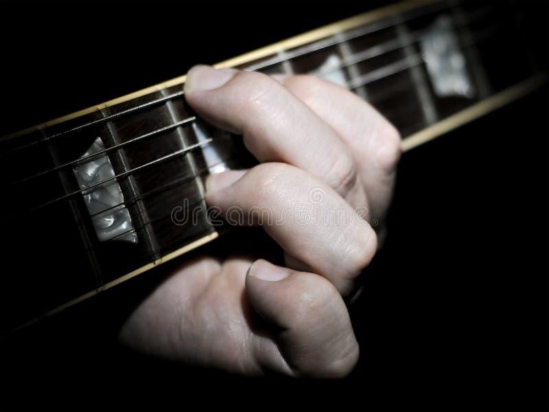 De Snaren van de Vingertechniek van de Speler van de gitaar op Fretboard royalty-vrije stock foto