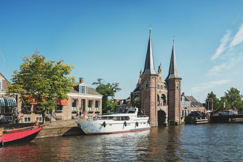 De Sneeker Waterpoort es el símbolo de la ciudad del Frisian de Sneek foto de archivo