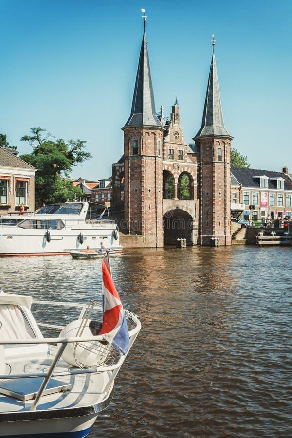 De Sneeker Waterpoort es el símbolo de la ciudad del Frisian de Sneek imagen de archivo libre de regalías
