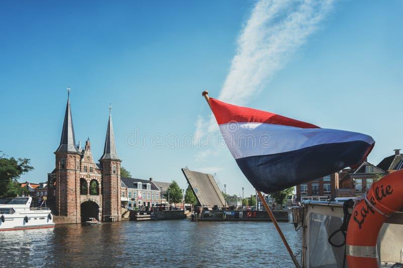 De Sneeker Waterpoort es el símbolo de la ciudad del Frisian de Sneek fotografía de archivo