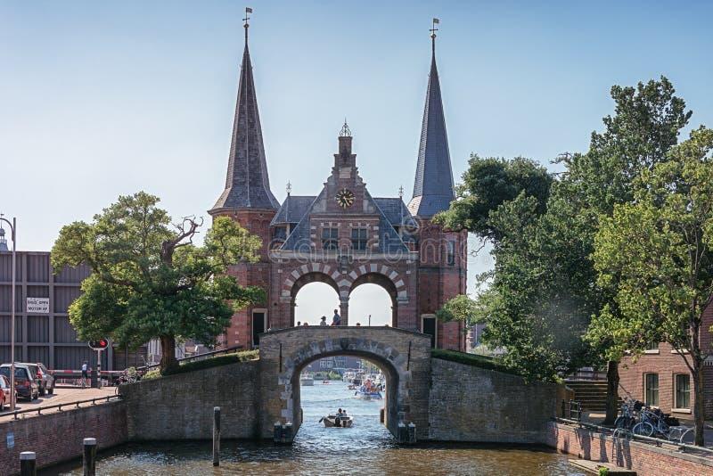 De Sneeker Waterpoort es el símbolo de la ciudad del Frisian de Sneek imagen de archivo