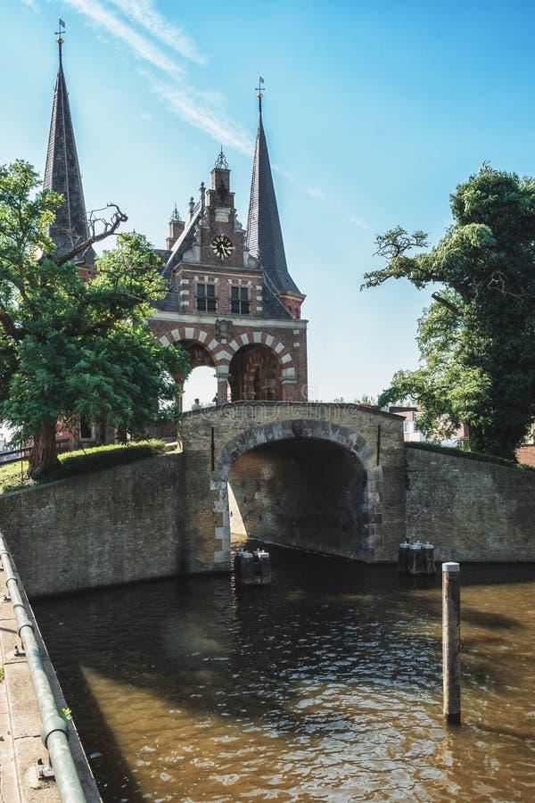 De Sneeker Waterpoort es el símbolo de la ciudad del Frisian de Sneek fotos de archivo