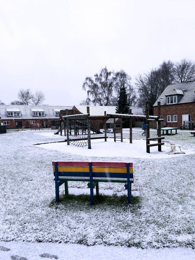 De sneeuw, de bank en de speelplaats royalty-vrije stock afbeeldingen