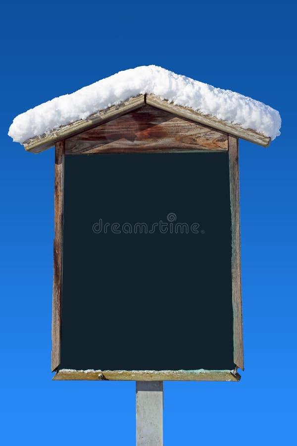 De sneeuw behandelde houten van wegwijzers voorziet en blauwe hemel royalty-vrije stock fotografie