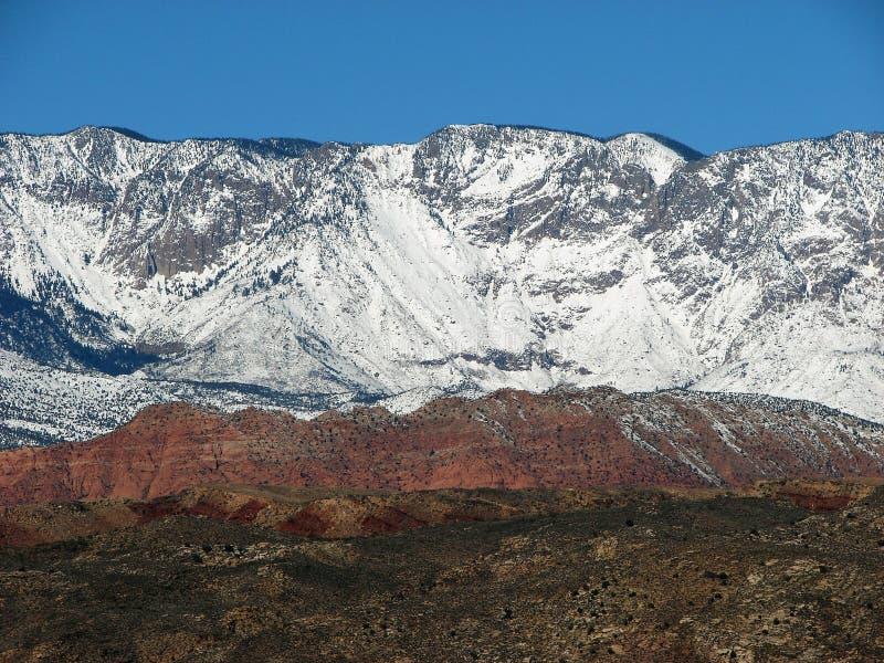De sneeuw Behandelde Pieken van de Berg stock afbeeldingen