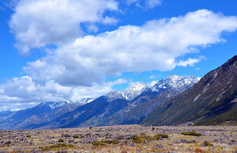 De sneeuw behandelde rotsachtige bergketen royalty-vrije stock foto